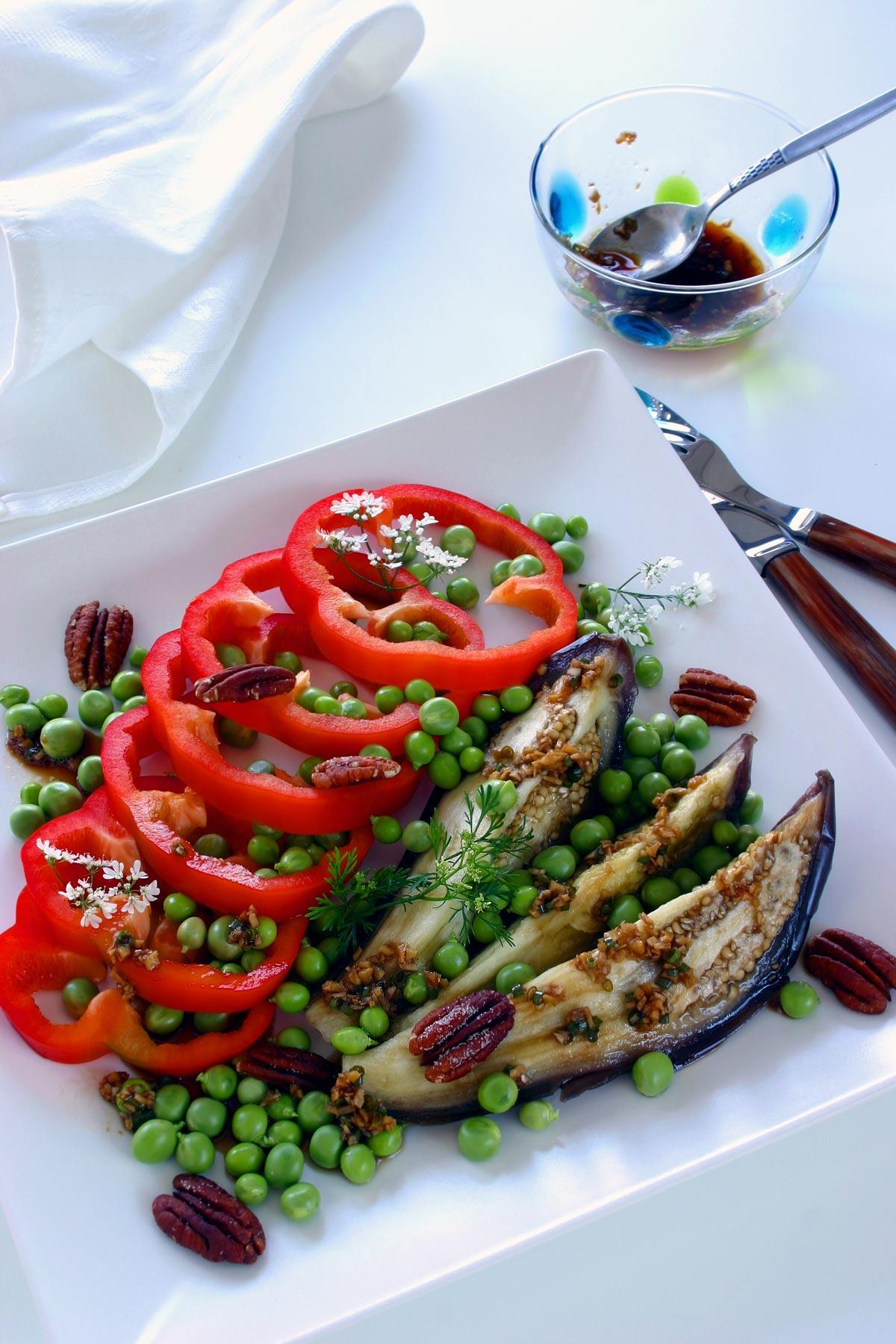 Salat med aubergine og ristede pekannødder